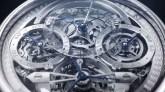 Reloj calendario perpetuo en color plata con engranajes y manecillas en color azul
