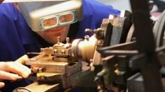 Persona utilizando una máquina de Guilloché