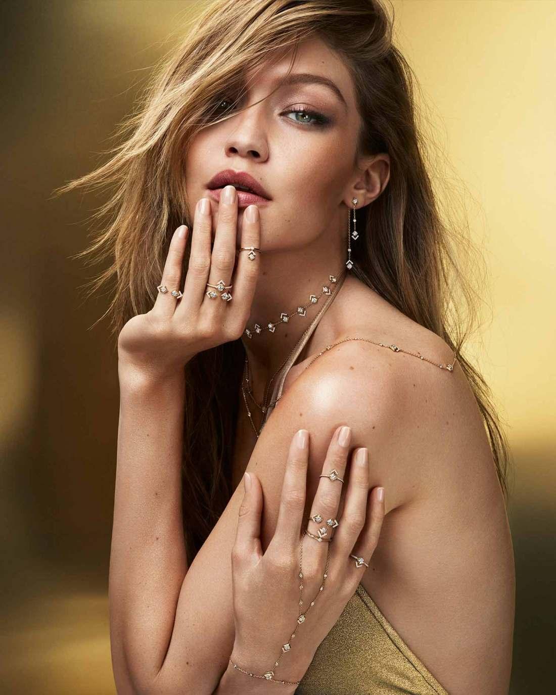 Gigi Hadid modelando con las joyas de la colección My Soul