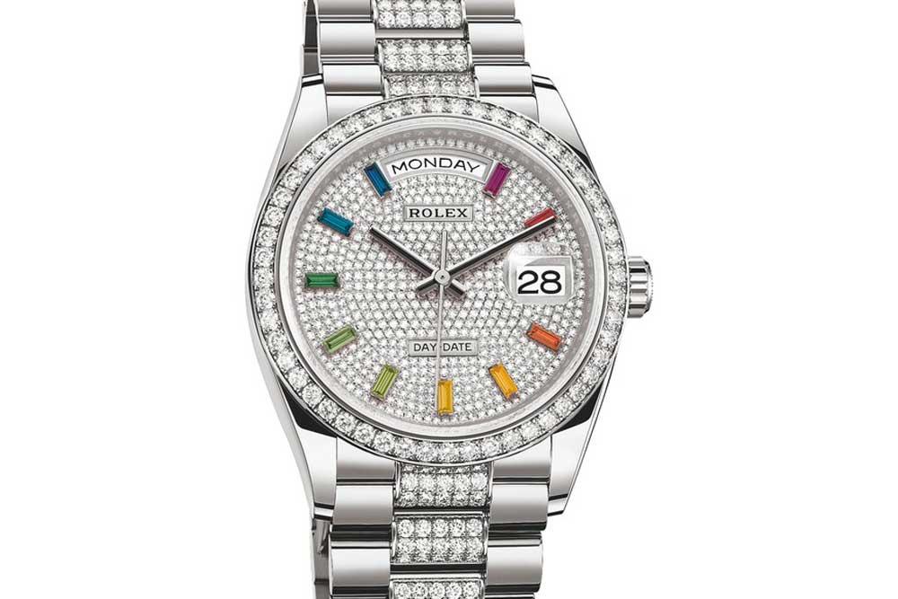 Reloj Rolex en color plata con diamantes blancos y detalles en varios colores
