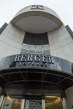 Entrada a la boutique con la leyenda Berger Joyeros en letras grises
