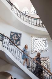 Mujeres con vestido bajando escaleras