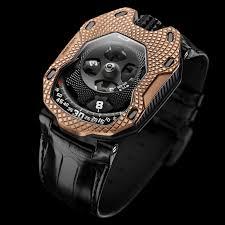 Reloj con correas en color negro con caratula en color dorado con detalles blancos