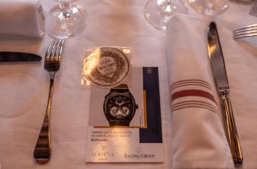 Invitación junto un tenedor, un cuchillo y una servilleta blanca con rojo