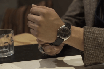 Reloj Seiko negro usado en la muñeca