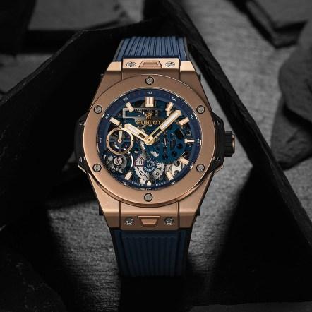 Reloj con correas azules y caratula en color dorado