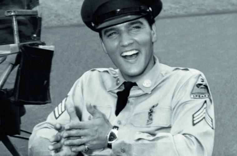 Elvis Presley con vestimenta de policia y un reloj Hamilton Ventura en la muñeca