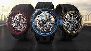 Reloj con correas negras y detalles en rojo, reloj con correas negras y detalles azules y reloj con correas negras y detalles amarillos