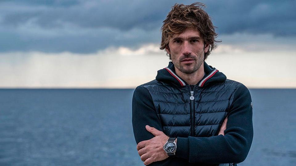 Guillaume Néry frente al mar con sudadera azul marino