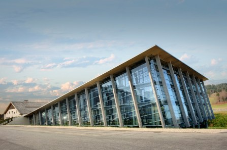 Edificio con ventanales de la Manufactura Greubel Forsey