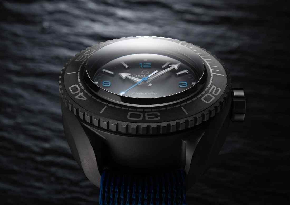 Caratula del reloj Omega en color negro con detalles grises y azules