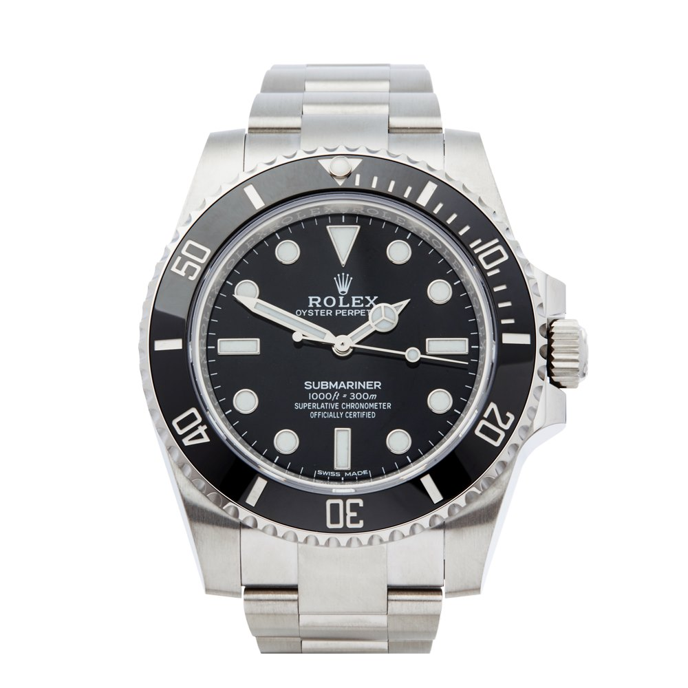 Reloj en color plateado con la cartula en color negro con detalles blancos
