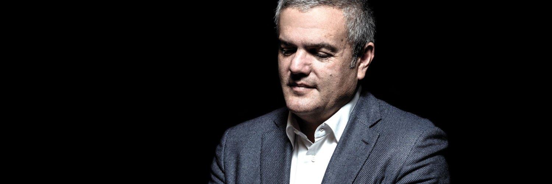 Ricardo Guadalupe CEO de Hublot innovación con saco gris y camisa blanca