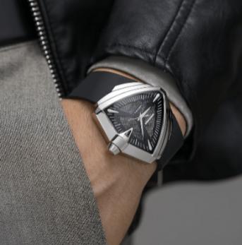 Muñeca de un hombre utilizando el reloj Ventura XXL Auto