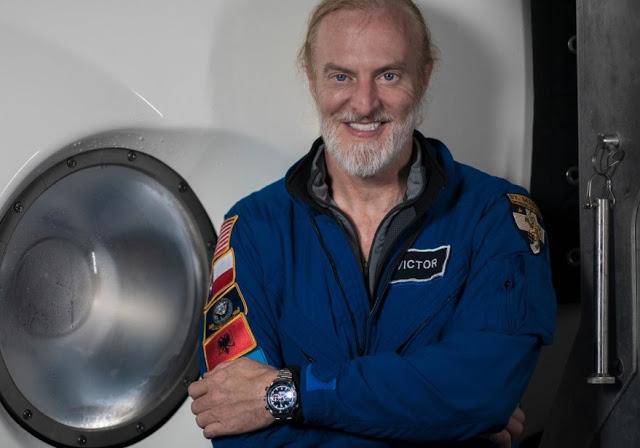 Victor Vescovo de frente con ropa en color azul marino y un reloj en el brazo