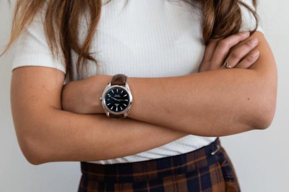 Brazos cruzados de Iris Gigon usando su reloj Meanwhile