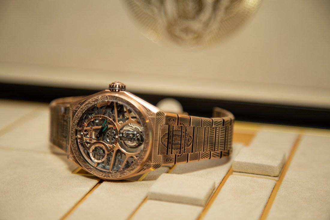 Reloj en dorado con detalles en plateado y negro