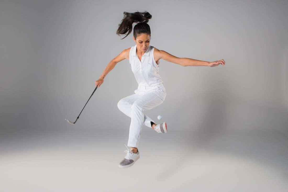 Tania Tare con pantalón y blusa blanca saltando