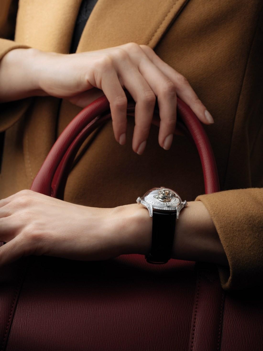 Mano de una mujer con el reloj MB&F mujeres