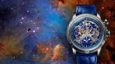 Reloj con correas azules y caratula plataeada con detalles azules con fondo de galaxias