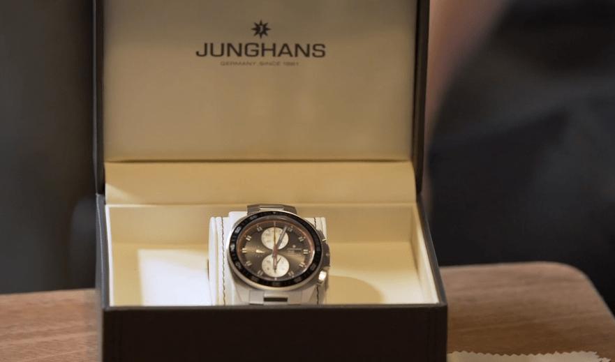 Reloj Junghans en color plateado dentro de su estuche en color café con beige
