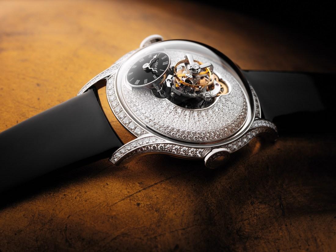 Reloj con correas negras, caratula con diamantes y tourbillon volante