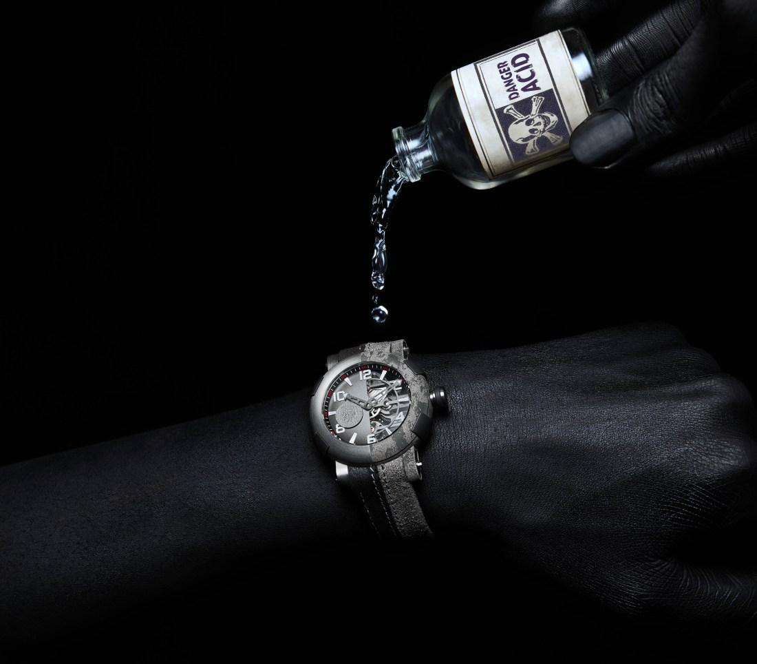 Botella de ácido derramando líquido sobre el reloj