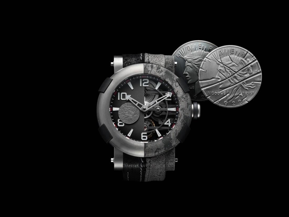 Reloj en blanco y negro junto a un par de monedas