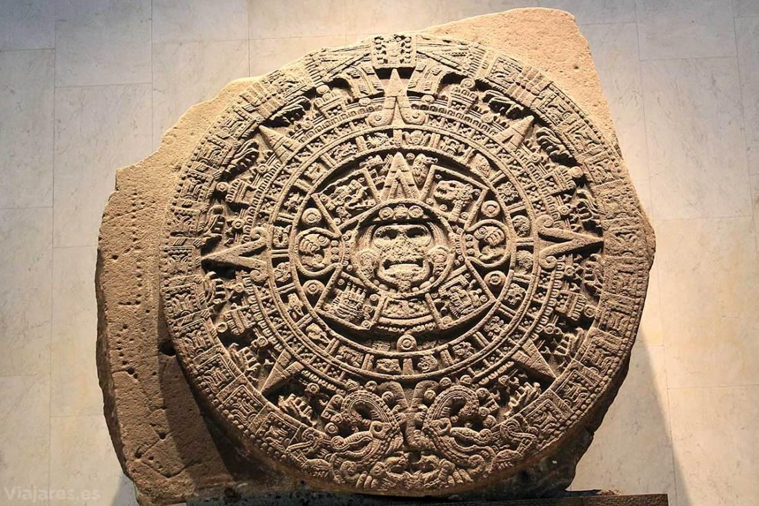 Piedra del Sol con diferentes figuras