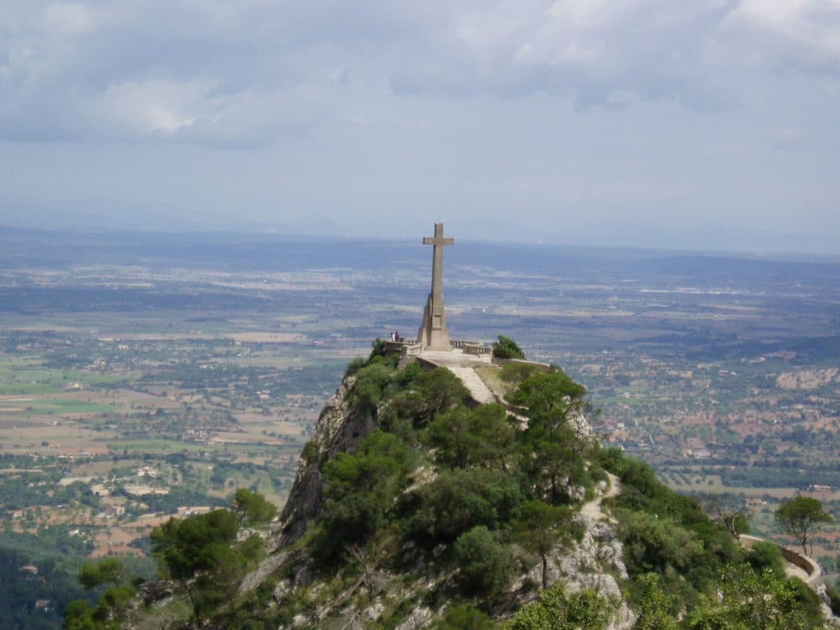 Ausblick vom Kloster San Salvador auf Mallorca in die Weite und auf das Gipfelkreuz