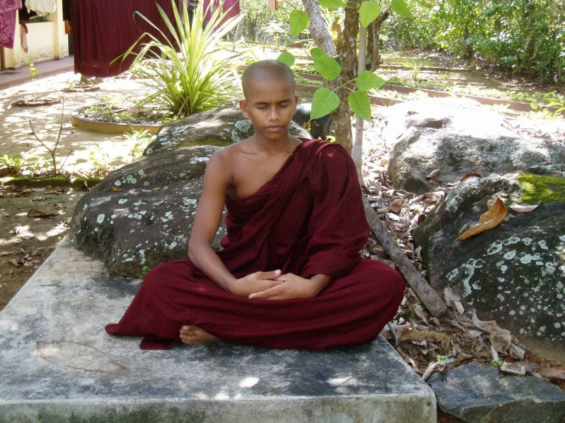 Klosterreisen Sri Lanka meditierender buddhistischer Moench
