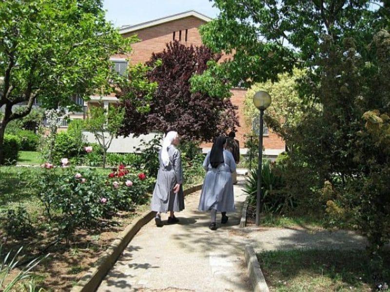 zwei Benediktiner Schwestern im Kloster in Rom
