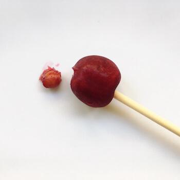 割り箸を突き刺したさくらんぼと種