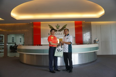 Sr. Eric Wong, CEO of KLT handing over sounvenir to Mr Yong, the president of STU Sibu Zone.