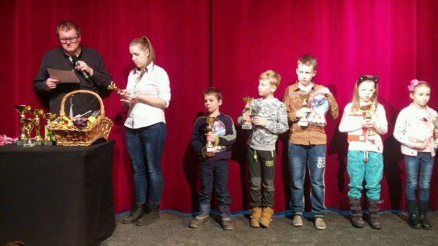 Nasz siedmioletni Wojciech Domanski pierwszy z posrod 80 zawodnikow z kategoriami V i IV w Wolominie! Na zdjeciu pierwszy od lewej wsrod dzieci.