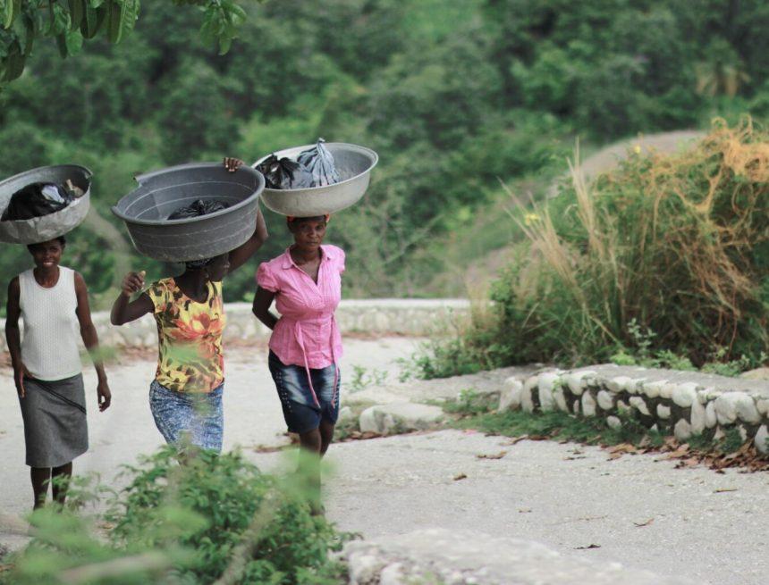 Afrykańskie nosicielki, czyli kobiety, które noszą