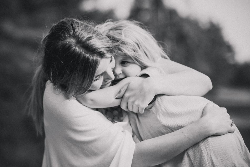 Familienfotos in Leck Mutter umarmt Tochter innig