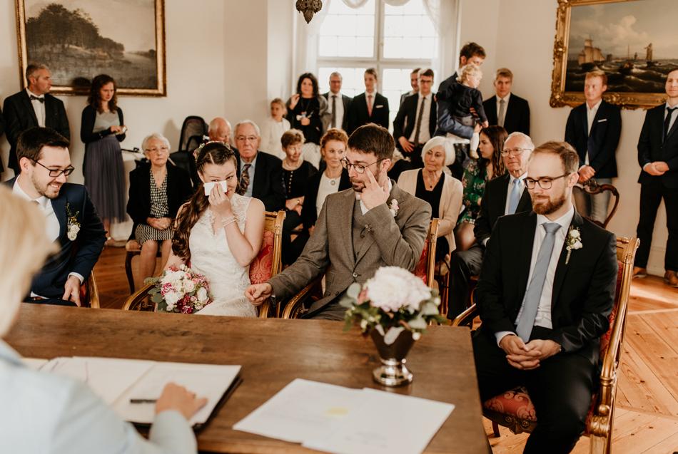 Pure Emotionen im Gesicht des Brautpaar bei der standesamtliche Trauung im Schloss Glücksburg