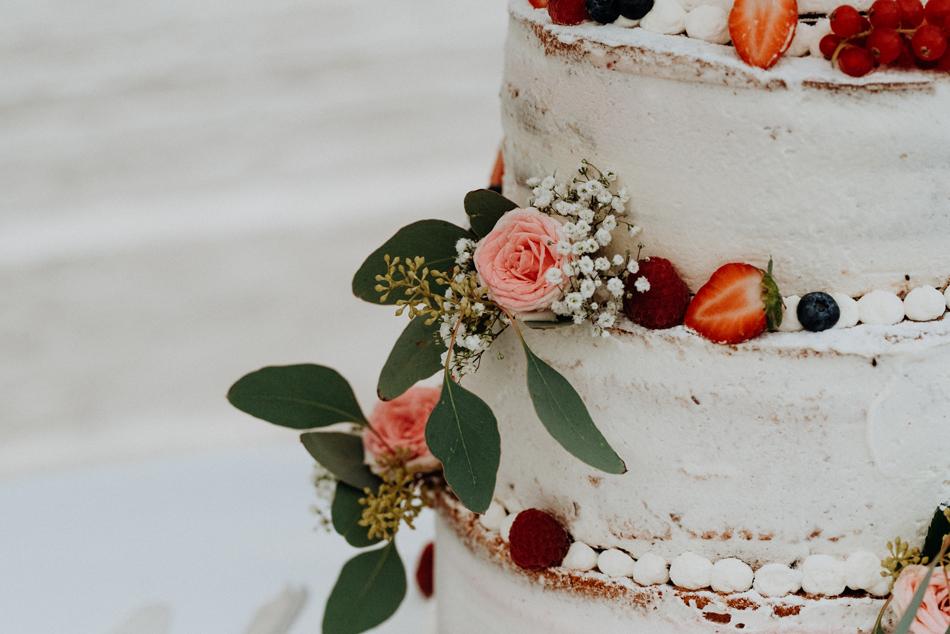 Naked Cake mit frischen BlumenHochzeitstorte Freie Trauung im Wittkielhof Hochzeitsfotografie und Hochzeitsreportagen Conni Klueter
