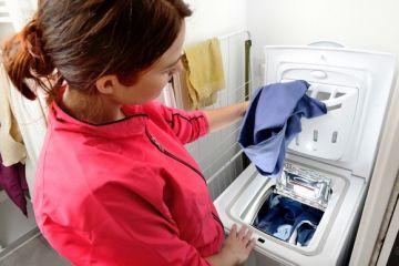 Загружаем бельё в стиралку