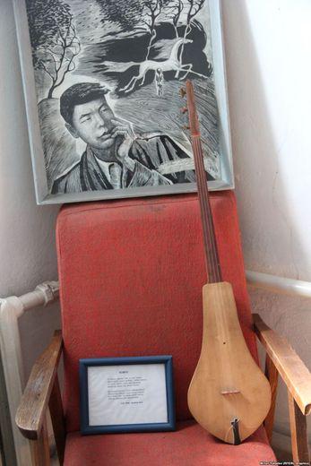 Бул комузду үй-музейге Ысык-Көлдүн Кырчын айылынын жашоочусу Эсенбай Мамыркул уулу 2002-жылы белек кылган.