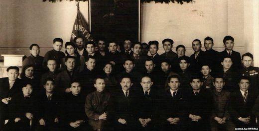 Сооронбай Жусуевдин «Алдыга жүргүн, кыргыздар!» деген согушта жүрүп жазган ыры 1943-жылы «Советтик Кыргызстан» (кийинки «Ала-Тоо») журналына жарыяланган. Алгачкы «Эмгек күүсү» аттуу ыр жыйнагы 1950-жылы басмадан чыккан. 1949-жылы СССР Жазуучулар союзуна мүчө болгон. Сүрөттө акын Кыргызстан жазуучуларынын биринчи кеңешмесинде. Сүрөт 1947-жылы тартылган. (Сооронбай Жусуевдин сүрөттөрү анын жеке архивинен алынды)