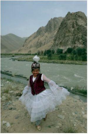 Бүбүкадича Абдысамат, кыргыз окуучу кыз. Санжу өзөнүнүн жээги, Кең-Кыр. 27.7.2015.