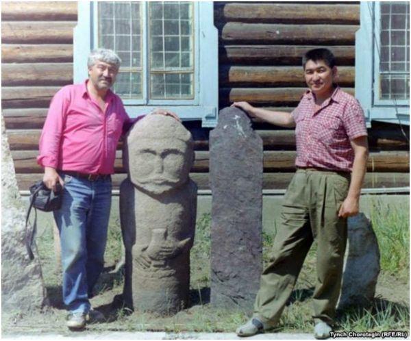 Астайбек ага менен макаланын автору ажайыпкананын жанында. 1995.