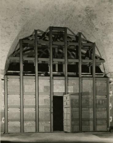 Beveiligingswerken 1943: versteviging van de kelder met metalen schoorbalken en afsluiting tot een kluis - Archief KMSKA