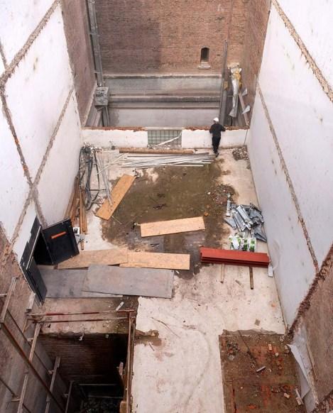 De bezoekerslift van het museum is intussen afgebroken. De liftkoker wordt nu gebruikt om puin af te voeren. De wit bepleisterde muren tekenen duidelijk de contouren af van de depotruimtes die in dit deel van het museum aanwezig waren.