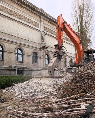 Het duurt ongeveer een kwartier voordat de graafkraan zo'n betonstuk helemaal verpulverd heeft. Foto: Karin Borghouts
