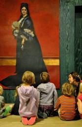 Samen kunstwerken ontdekken in het museum. Sommige kunstenaars schilderden volgens de regels van de kunstschool.
