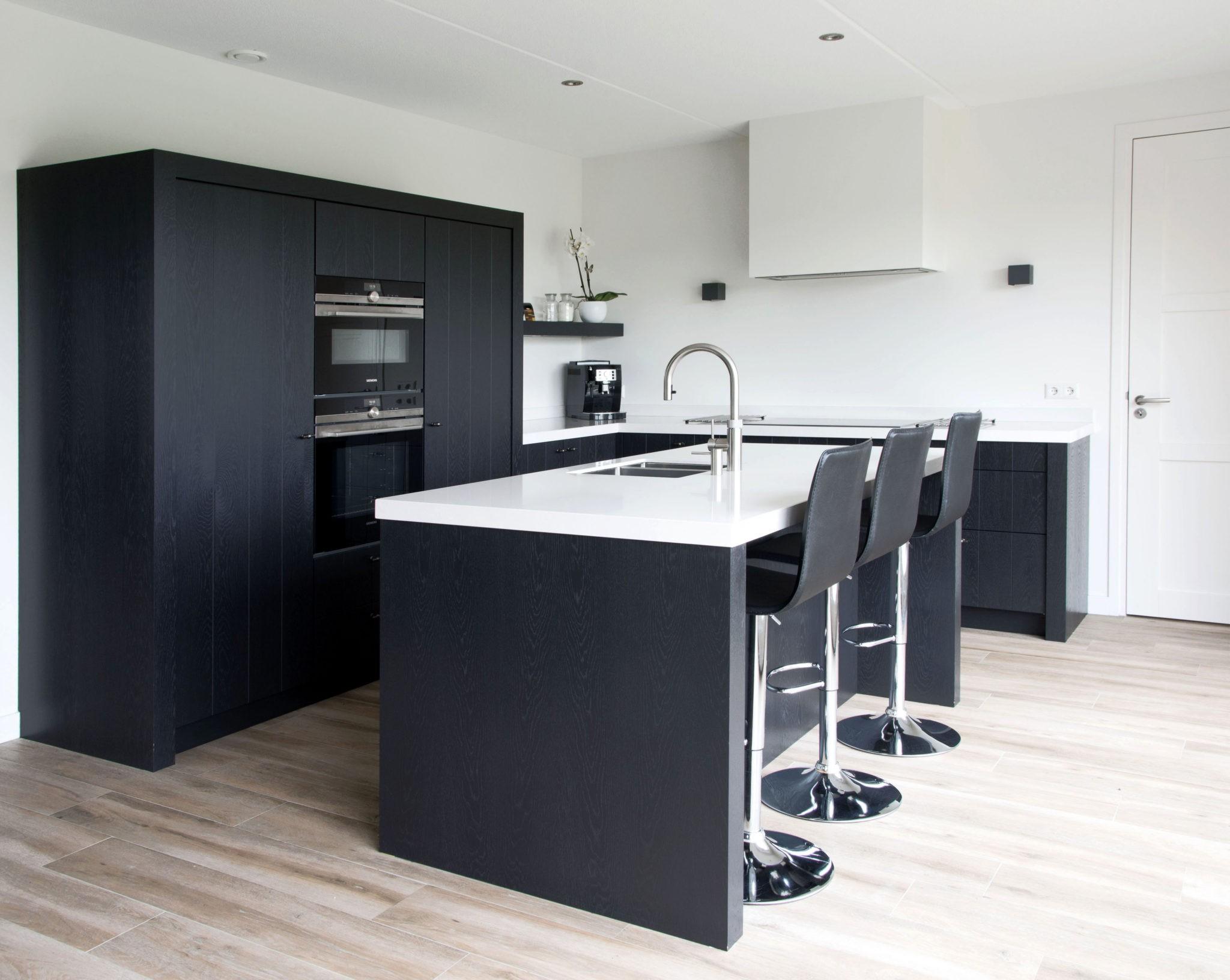 Keuken Eiken Zwart : Mat zwarte keuken contrasterend eiken en composiet