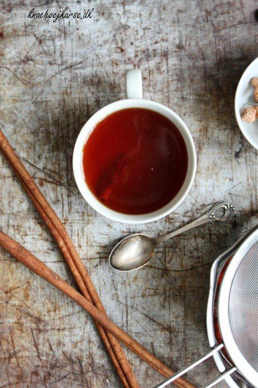 Hjemmelavet te med lakridsgod og gurkemeje